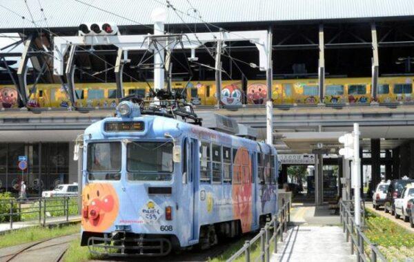 アンパンマンミュージアム25周年でお祝い!列車と路面電車の乗り換えも始まりました!