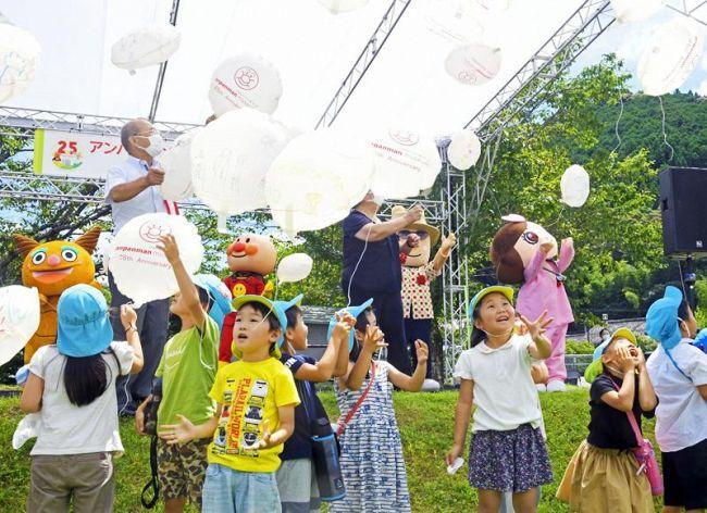 園児たちがバルーンを飛ばし、アンパンマンミュージアムの開館25周年を祝った記念式典(香美市香北町美良布)