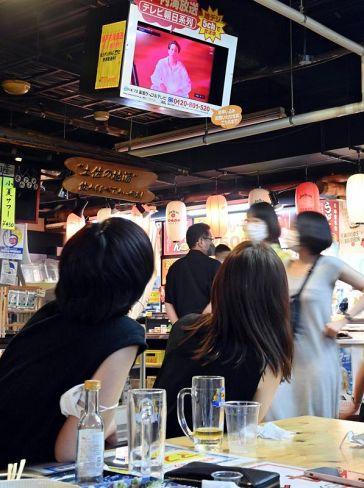観光客らでにぎわうひろめ市場。テレビでは東京五輪の開会式を映していた (高知市帯屋町2丁目)