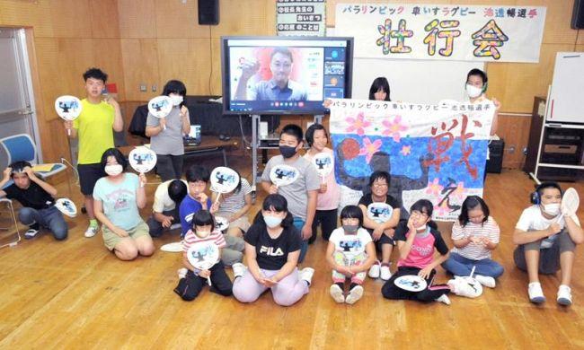 東京パラリンピックに車いすラグビー日本代表主将として出場する池透暢選手を激励する高知特別支援学校の生徒(高知市本宮町)