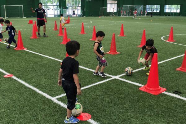 高知市東部総合運動場で「キッズサッカー体験教室」 ドリブル!シュート!ゲームにチャレンジ!