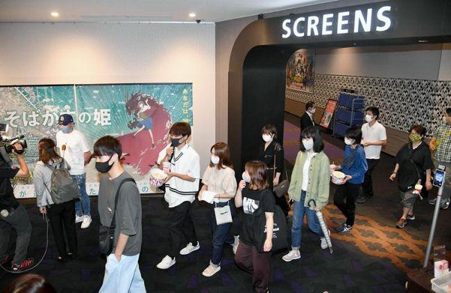 「竜とそばかすの姫」が上映スタート。初日から多くのファンが訪れた(高知市秦南町1丁目のTOHOシネマズ高知)