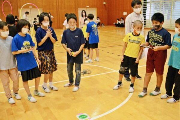 津野町中央小児童がドローン操縦に挑戦しました|週間高知の子どもニュース(2021年7月10~16日)