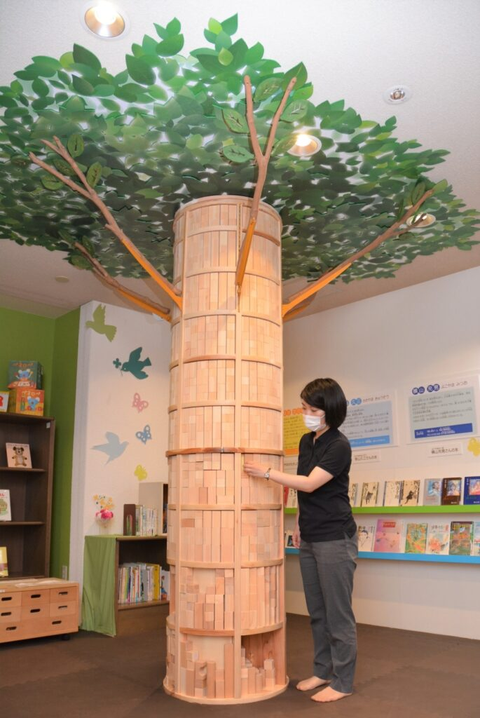 大きな「つみきツリー」。下から 4 段目までの積み木を取って遊べます