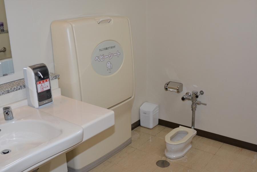 1 階の多目的トイレにあります