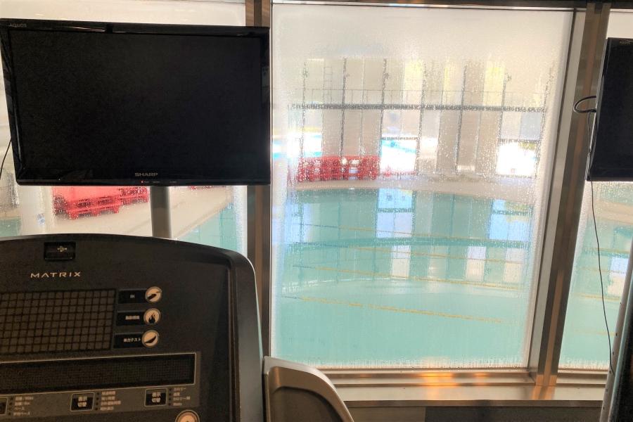 ランニングマシンからは 1 階のプールが見られます