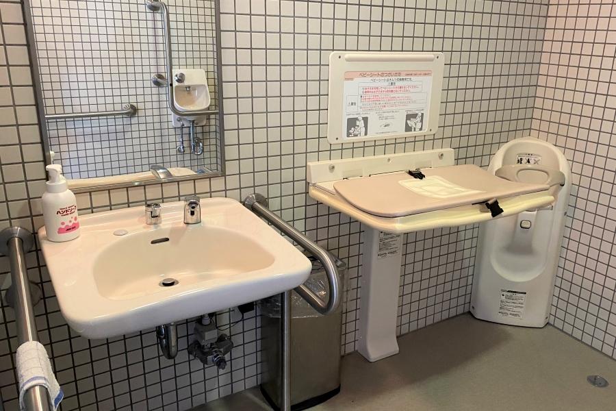 1 階の多目的トイレにおむつ台があります