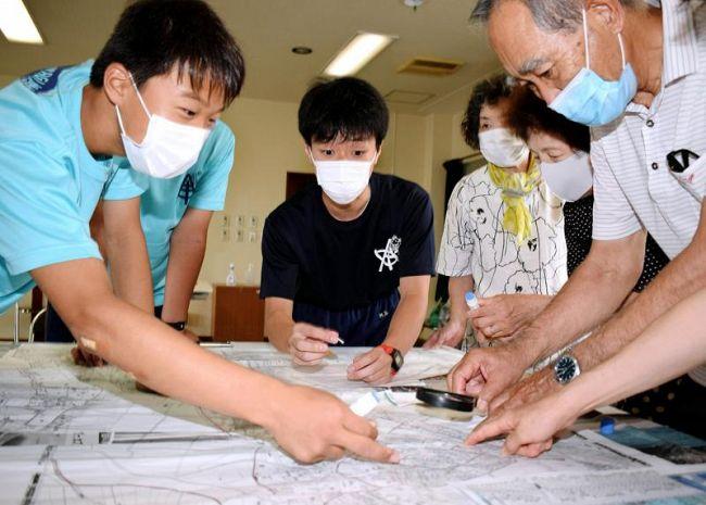 地域の防災マップを作成する青柳中生と住民ら(高須新町2丁目)