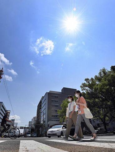 ギラギラと照りつける太陽。熱中症警戒アラートが発表された(高知市の県庁前交差点)