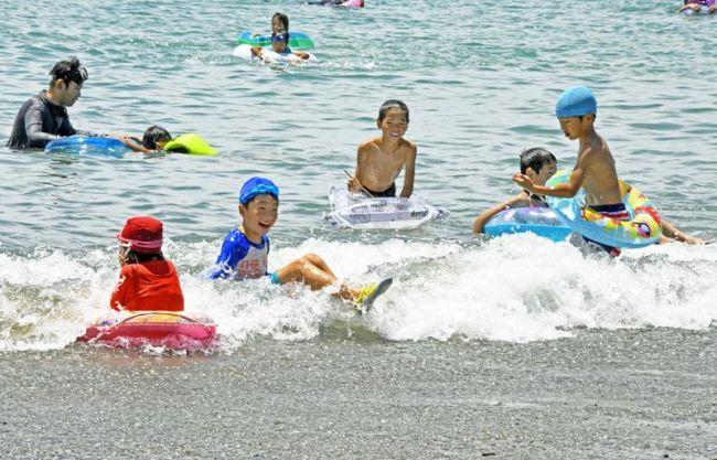 海水浴を楽しむ家族連れら(香南市のヤ・シィパーク)