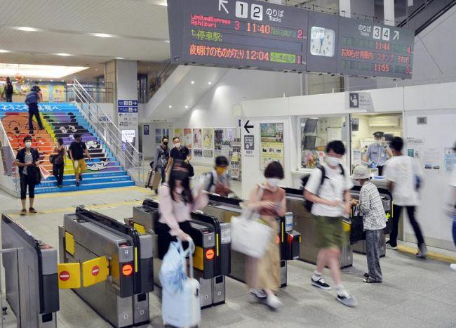 お盆に入ったものの、今夏も人波がまばらな改札口(JR高知駅)