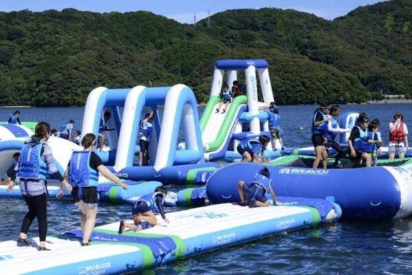 高知県東部・東洋町の白浜海水浴場で海上アスレチック「ビーチホッピング」 走って、跳んで、海にバッシャーン!