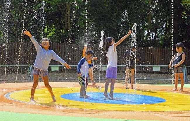 新設された「ちびっこ噴水」で水遊びを楽しむ子どもたち(香南市の県立のいち動物公園)