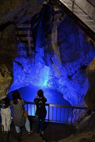 瑠璃色に輝き、幻想的な雰囲気の「記念の滝」(香美市土佐山田町逆川の龍河洞)
