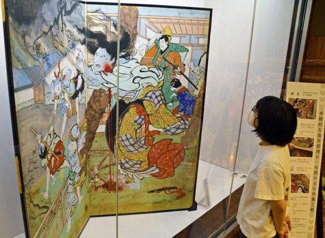 本格修理を終え公開された芝居絵屏風「花上野誉石碑 志度寺」(香南市の絵金蔵)