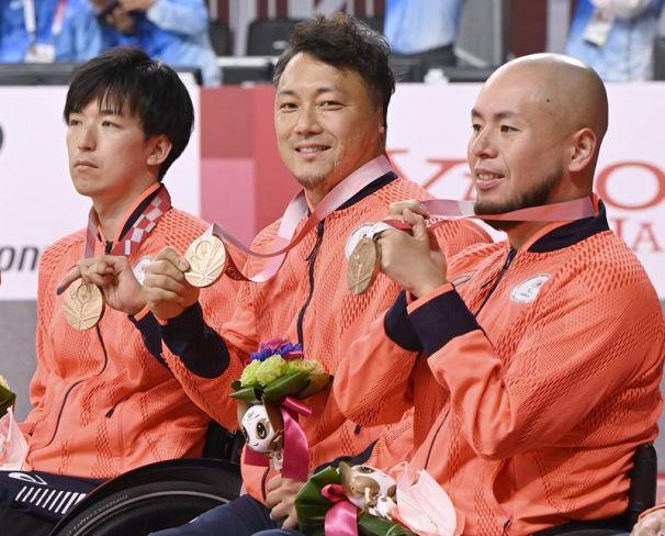 車いすラグビーの表彰式で銅メダルを手に笑顔を見せる池透暢=中央(国立代々木競技場)