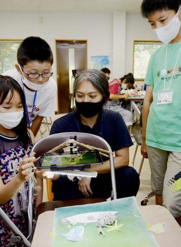 漂着物や魚の絵を撮影してアニメを作る児童ら(大月町の黒潮生物研究所)