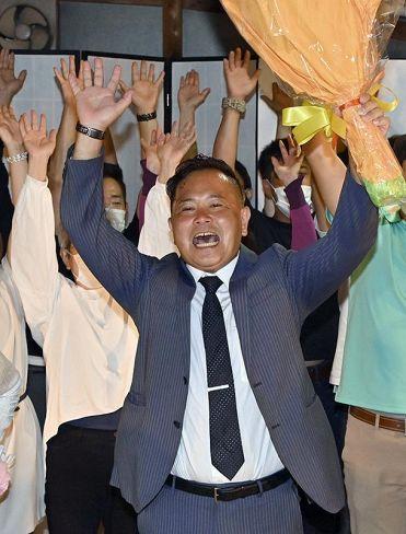 初当選を決め、支持者と万歳する桑鶴太朗氏(佐川町丙)
