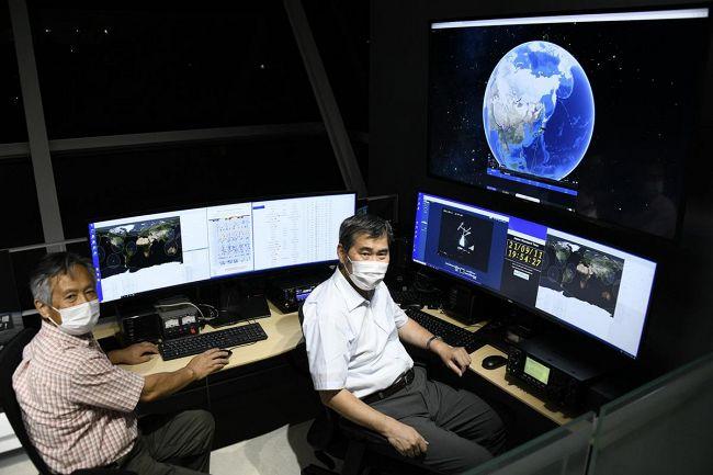 完成した衛星受信局で、本格的な観測に備える今井一雅・高知高専客員教授=右=と大野敏光さん(南国市の海洋堂SpaceFactoryなんこく)