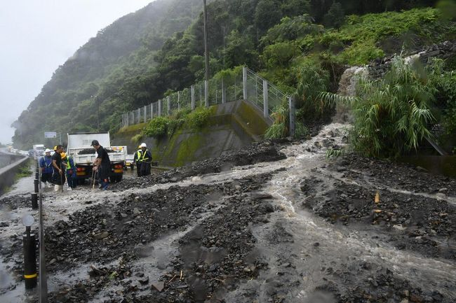 大雨で土砂が流出し通行止めになった国道55号(8日午後0時半ごろ、東洋町野根甲)