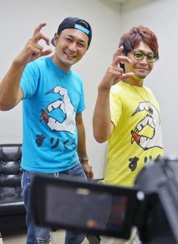 藤田康寛さん=右=と直樹さん。3本指をとがらせる「すりくろ」のポーズを決める(高知市内)