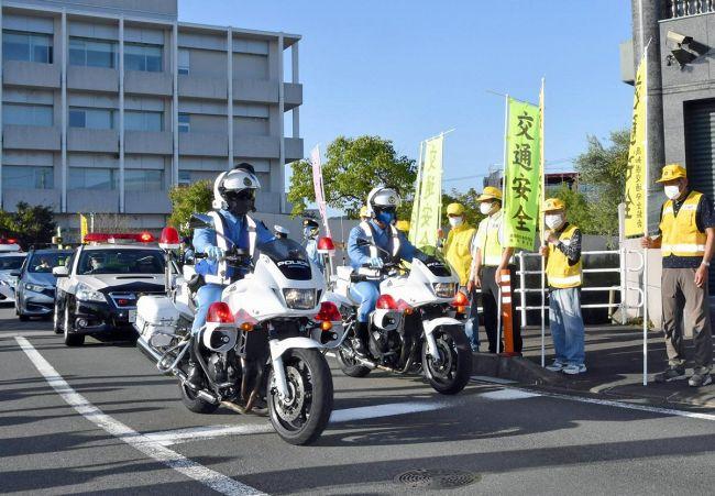 ヘルメット購入補助や秋の全国交通安全運動の周知のため出発する白バイ隊(高知市大津乙の高知東署)