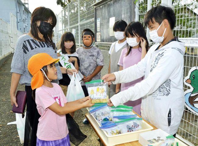 自分たちで育てたラッキョウを販売する児童ら(香南市吉川町吉原)