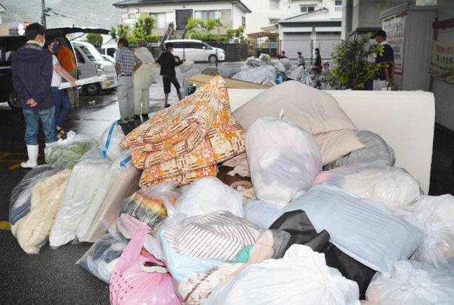 ごみ収集ステーションに捨てられた粗大ごみ。昨年度は大幅に増えた(高知市内)