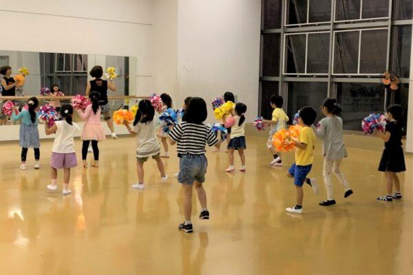 高知市総合体育館で「キッズ&ジュニアポンポンダンス教室」|ステップを踏んで楽しくダンス♪人気教室です