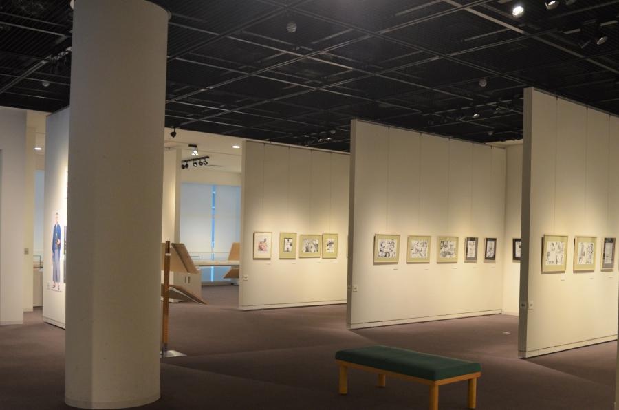 展示室は広々。ベンチもあり、ゆっくり見られます