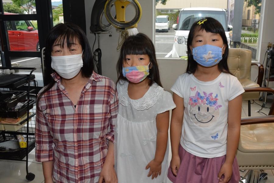 これから髪を切ります!(左から)明神由起さん、次女の優里さん、長女の愛里さん