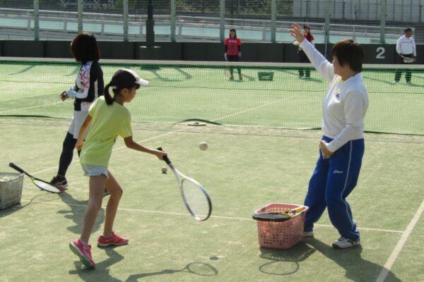 高知市針木運動公園で「小学生ソフトテニス体験教室」|初心者でも大丈夫!ラケットを握ってみませんか?