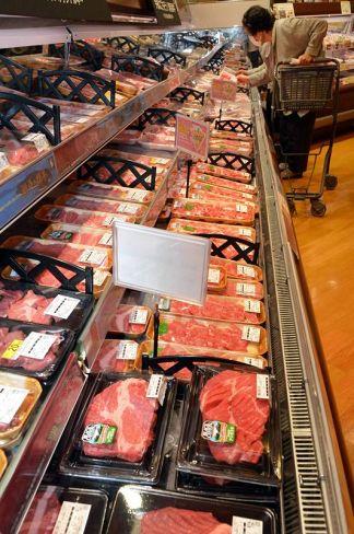 米国産の牛肉が並ぶ量販店。ミートショックで仕入れ値が高騰している(高知市内)