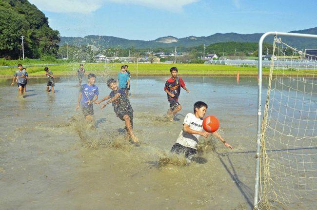 泥まみれでボールを奪い合う子どもたち(香南市香我美町上分)
