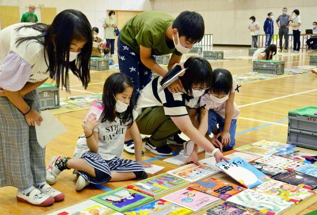 約800冊の本が並んだ選書会(須崎市の上分小学校)