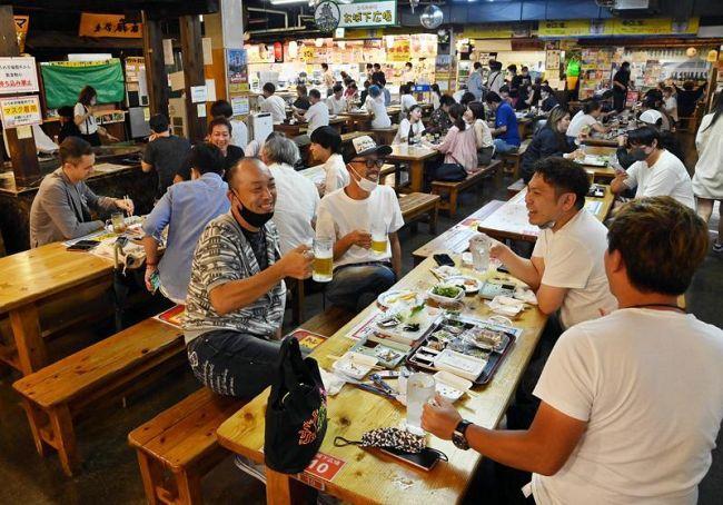 時短営業で再開した「ひろめ市場」。地元住民や観光客でにぎわった(高知市帯屋町2丁目)