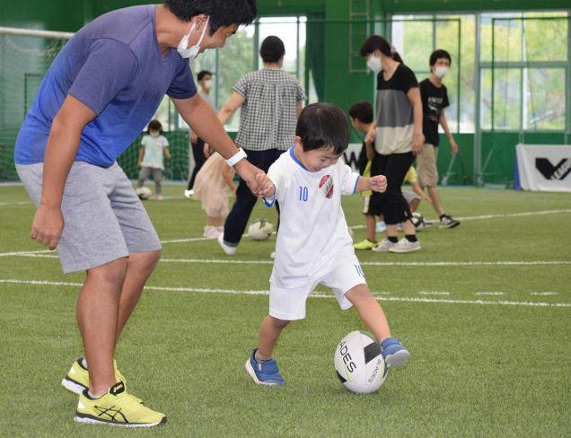 ボールを使って遊ぶ子どもたち(高知市五台山の東部総合運動場)