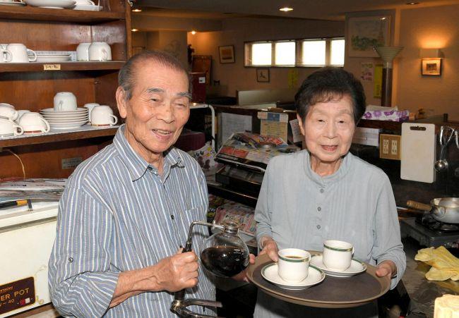 コクの深いコーヒーをたてる南辰男さん。繁美さんと早朝から深夜まで切り盛りする(高知市南ノ丸町のはと時計)