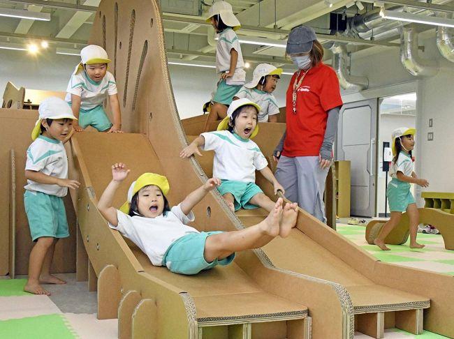 歓声を上げて恐竜の滑り台を満喫する園児たち(写真はいずれも南国市大そね甲の海洋堂SpaceFactoryなんこく)