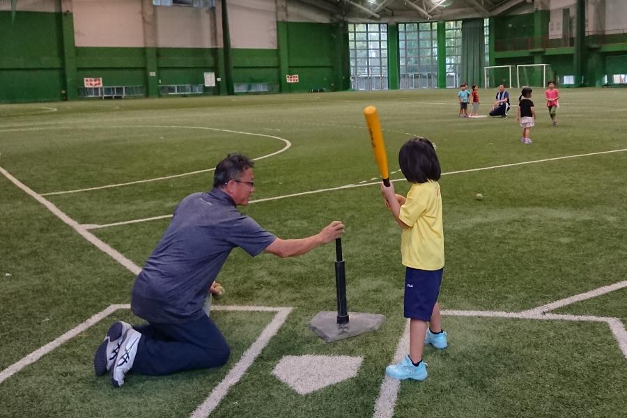 高知市総合運動場で「キッズティーボール体験DAY」 止まったボールを楽しく打ってみよう!