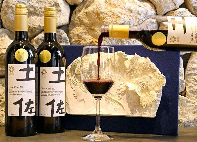 栽培から醸造まで初の100%県産ワインとなる「TOSAワインヌーボー」。辛口でフレッシュな味わい(香南市の井上ワイナリー)